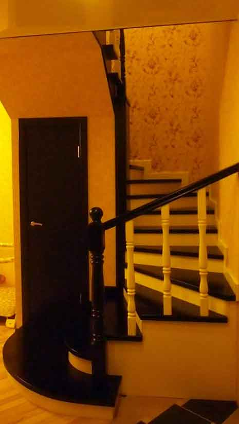 Двухцветная лестница из массива клена