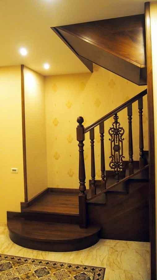 Элитная лестница из массива ореха