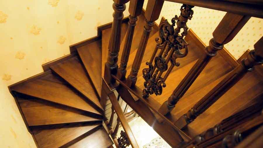 Элитная лестница из ореха