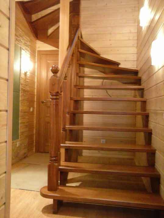 Лестница двумаршевая с забежными ступенями массив сосны