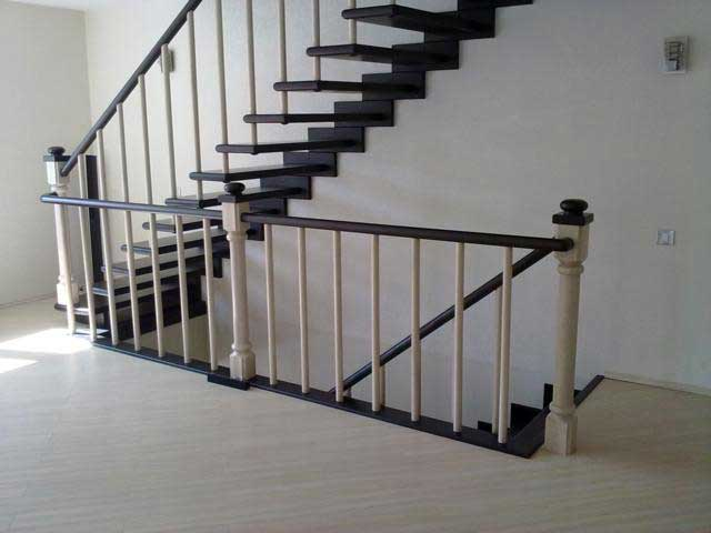Лестница на больцах из массива ясеня