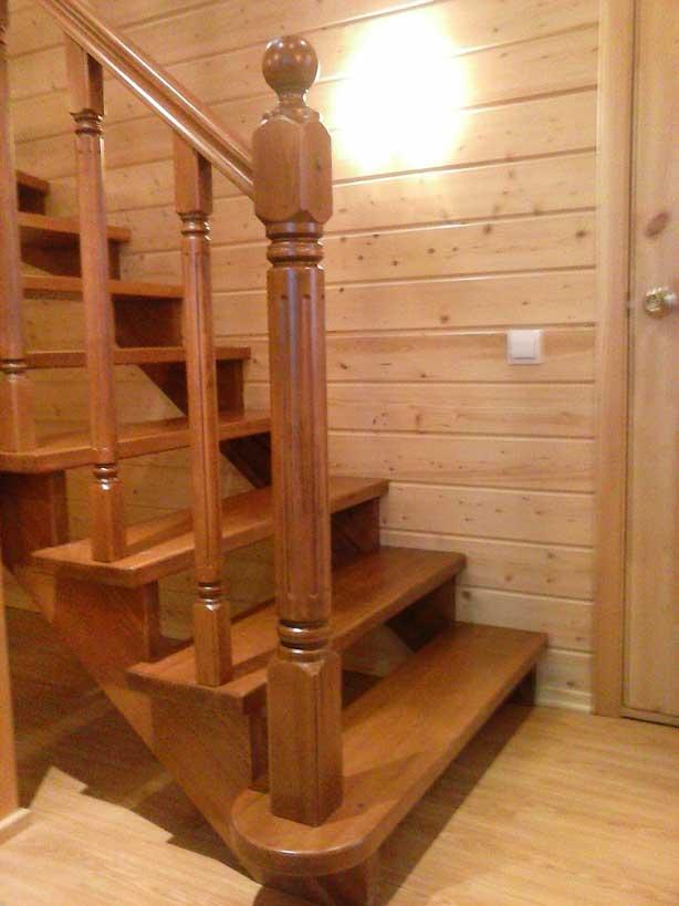 Сосновая лестница с разворотом 180 гр.